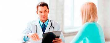 Imagen doctor pasando consulta. Diagnóstico y tratamiento multifuncional