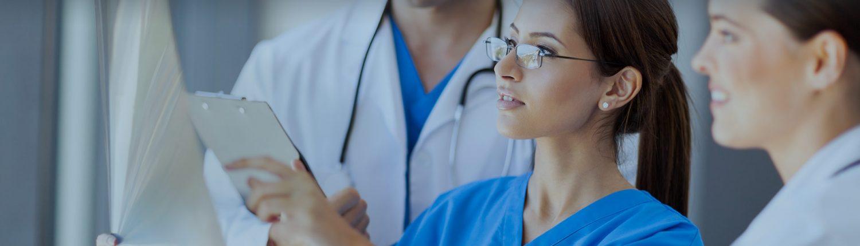 Imagen doctores mirando informes. Valencia