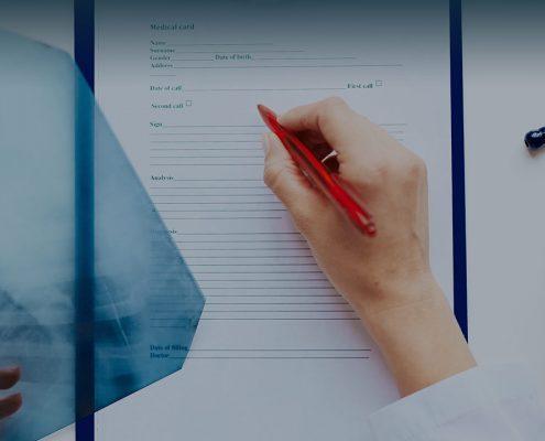 Imagen doctor tomando notas con radiografia. Celulas madre.