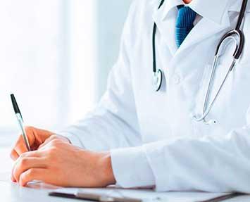 Imagen doctor escribiendo. Experiencia medica