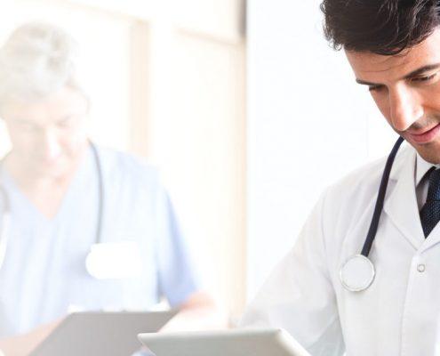 Medico leyendo resultados. Instituto Valenciano Artrosis Ivaar