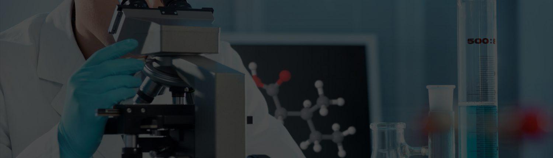 Imagen doctor mirando por un microscopio. Invaar Medideport